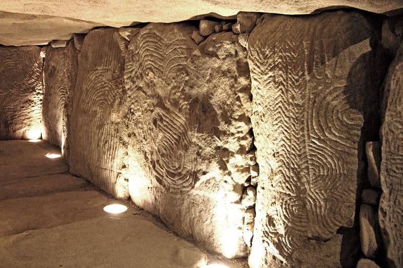 Photo de l'intérieur du cairn de Gavrinis et de ses murs sculptés