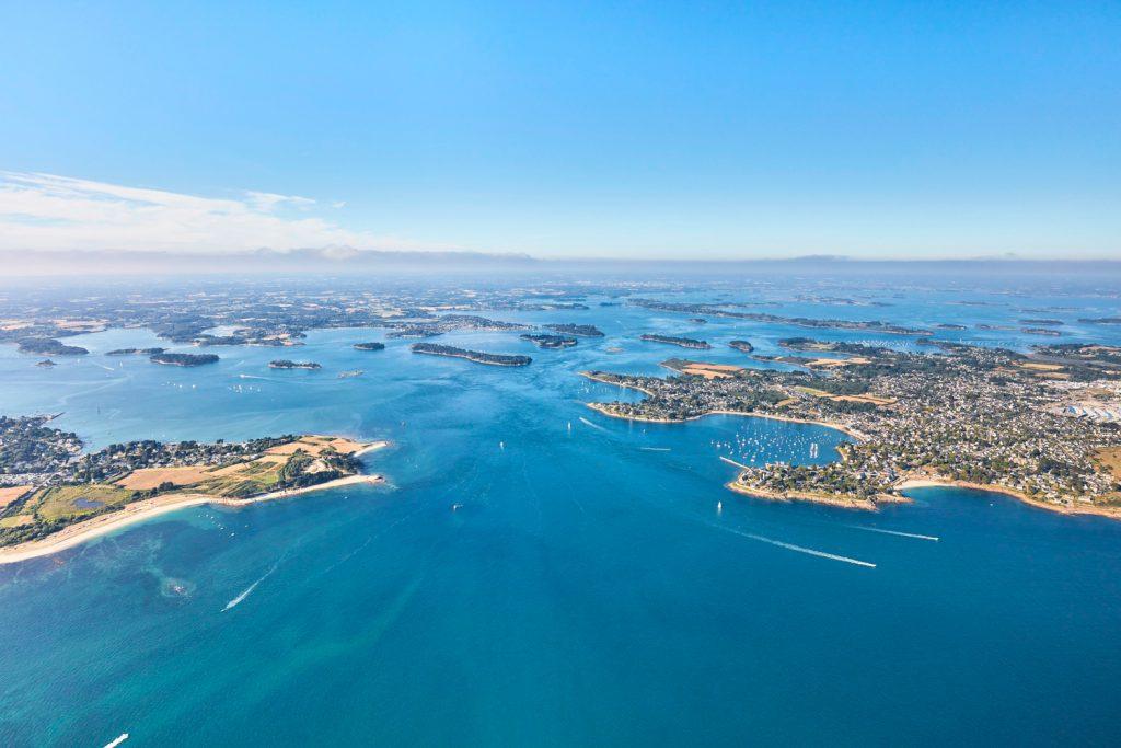 Vue aérienne du Golfe du Morbihan et de ses nombreuses îles
